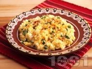 Бъркани яйца със сирене, пресен лук и подправки